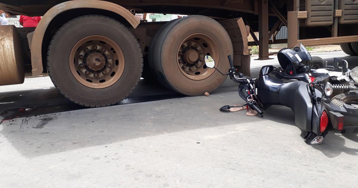 motociclista para debaixo de carreta 1