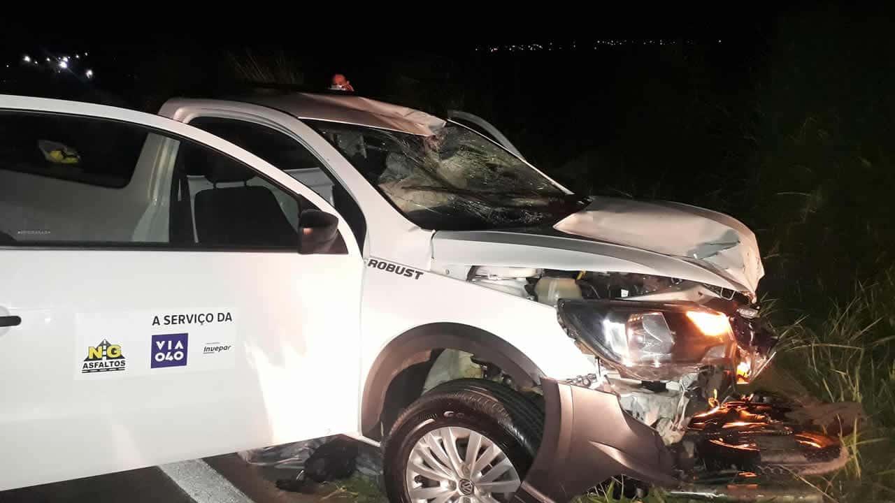 Foto mostra lateral do veículo e logo das empresa Via 040 e NG Asfaltos