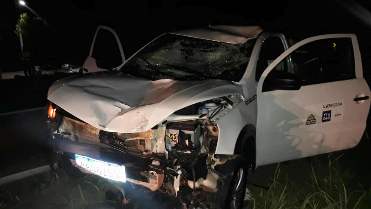 Foto mostra lateral do veículo e o estrago causado pelo acidente
