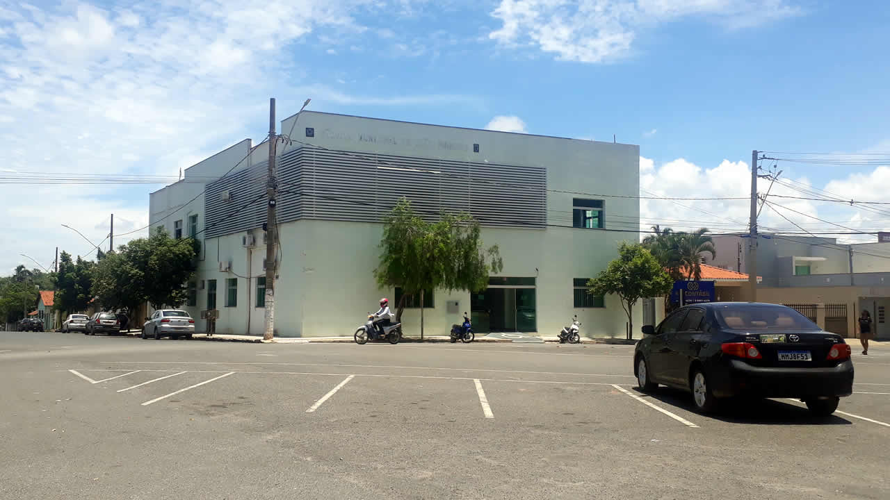 Imagem mostra fachada da câmara de vereadores em João pinheiro