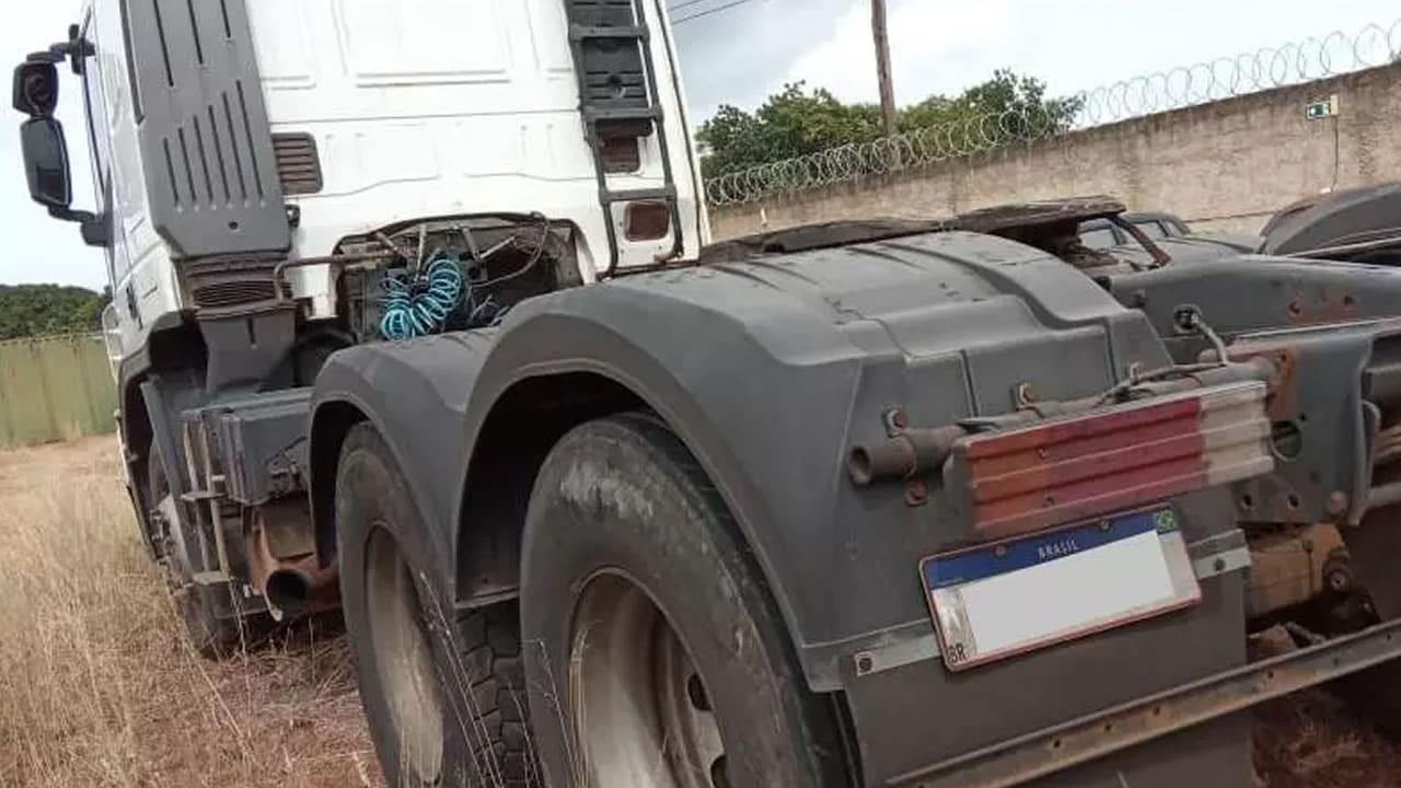 Foto do caminhão que carregava carga de cerveja avaliada em mais de R$ 100 mil que suspostamente foi roubada