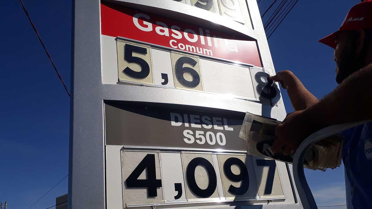 Funcionário alterando preço da gasolina e diesel