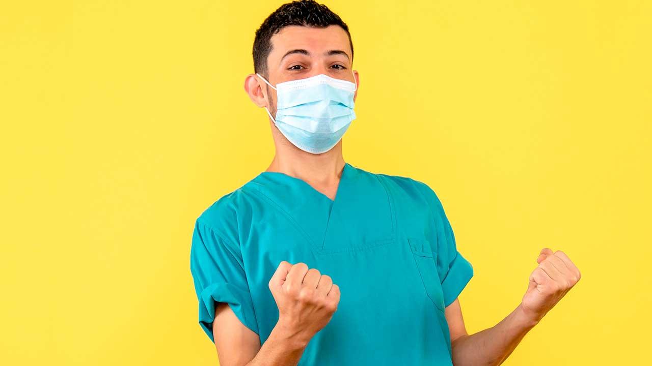 Enfermeiro comemorando pequeno número de casos confirmados