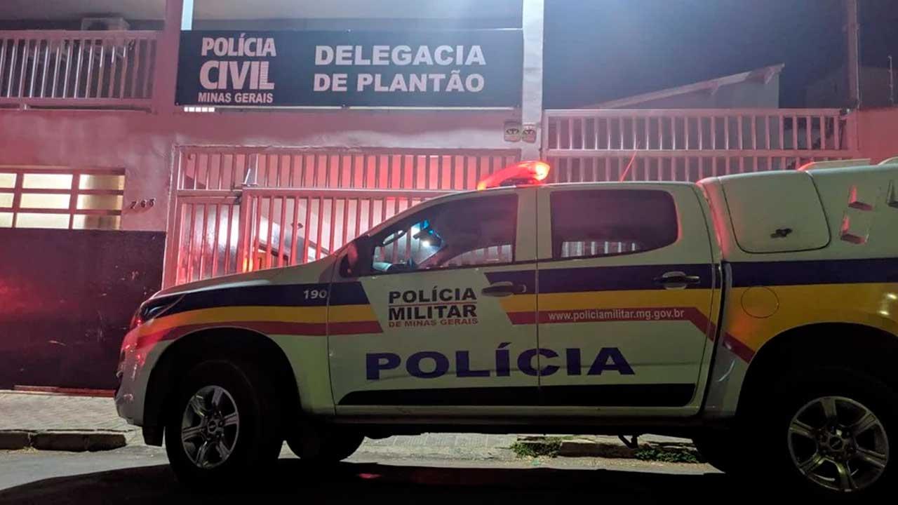 Viatura da PM na porta da delegacia de Patos de Minas