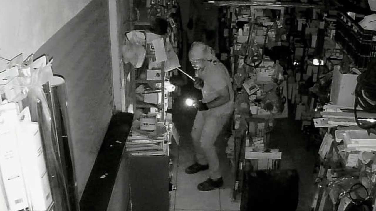 Momento exato em que criminoso entra na casa de peças