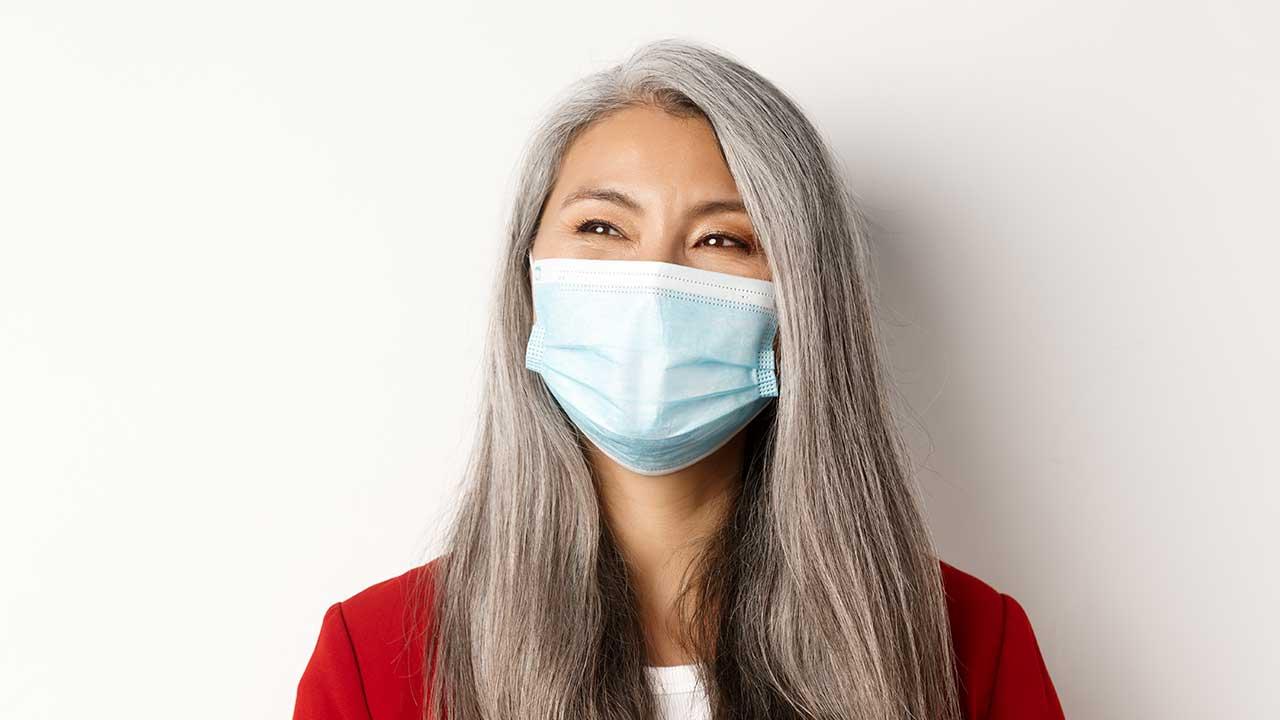 Mulher contente com redução de casos da Covid-19