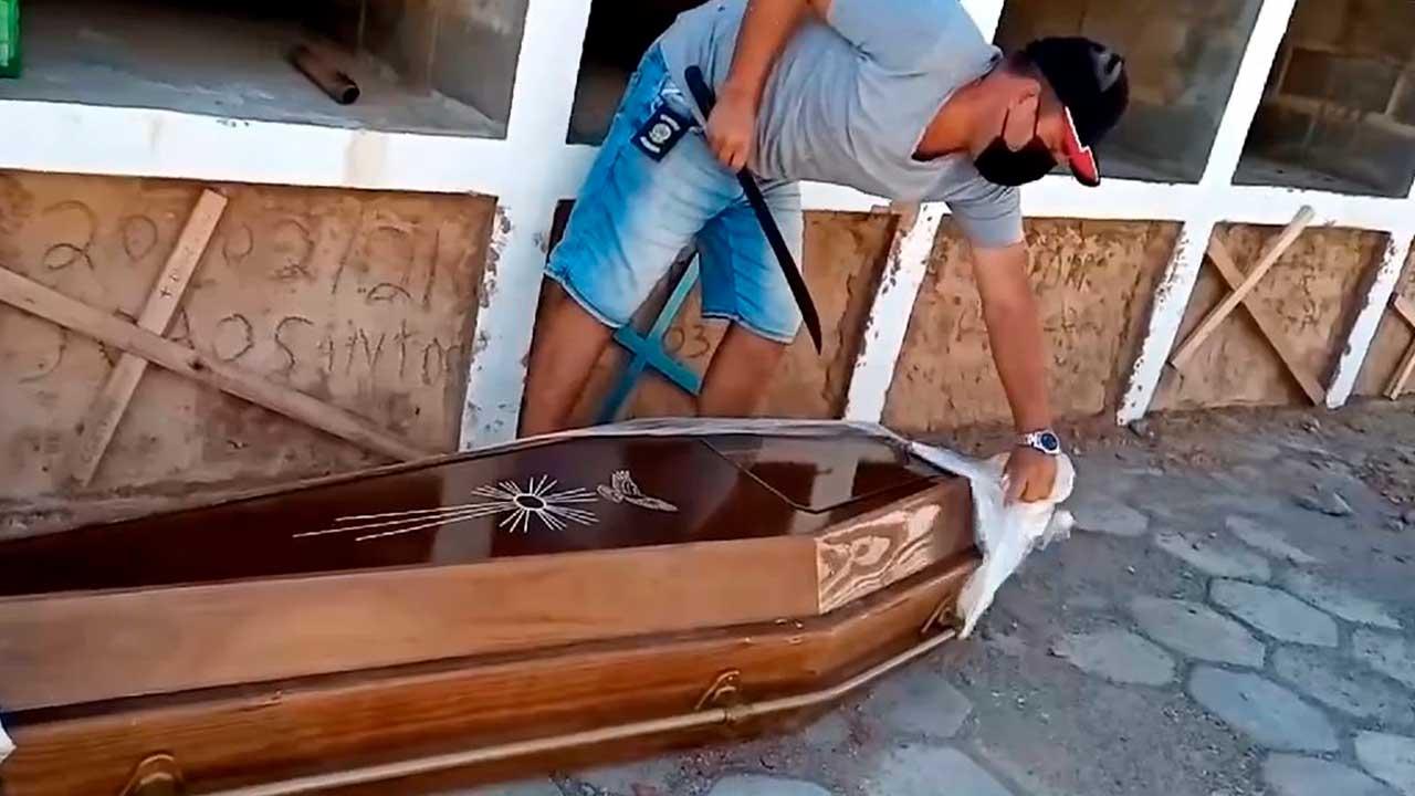 Vereador abre caixão com facão