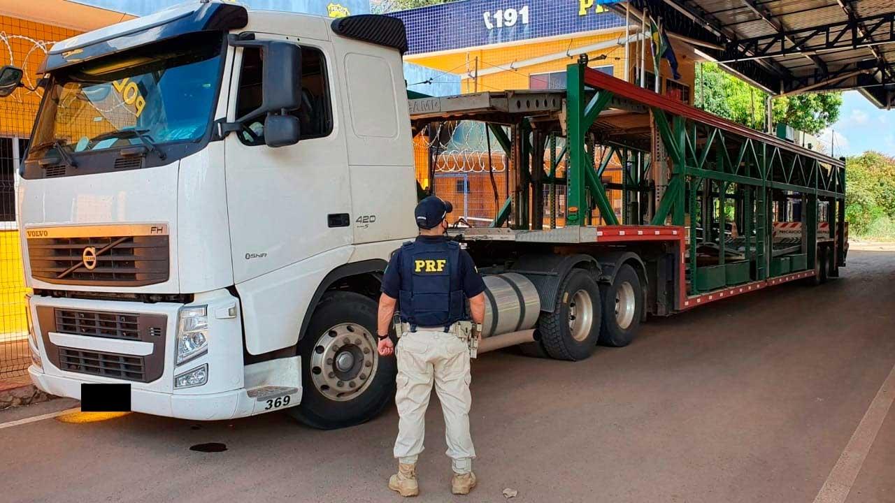 Caminhão cegonha que quase bateu em viatura da PRF