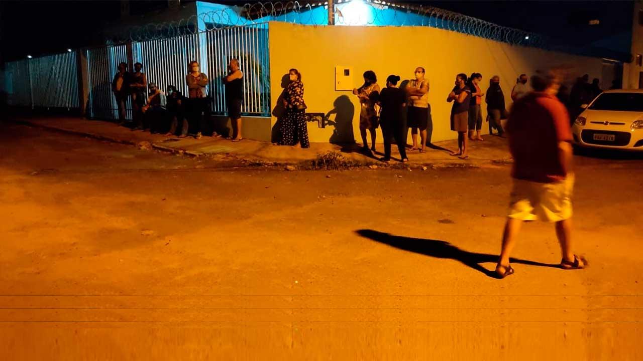 Fila formada na porta do PSF do Bairro Papagaio