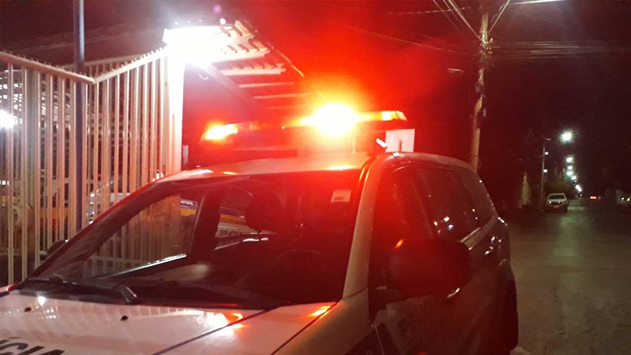 Viatura com sirene ligada na porta do quartel da PM de João Pinheiro