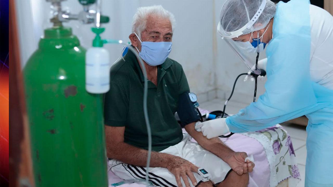 Idoso recebendo tratamento da Covid-19