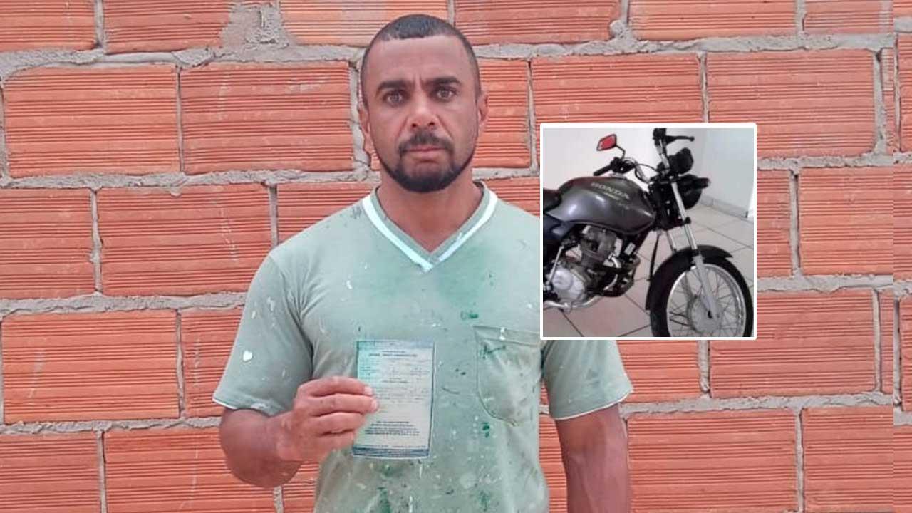 Welbert Costa segurando o documento da moto que foi furtada