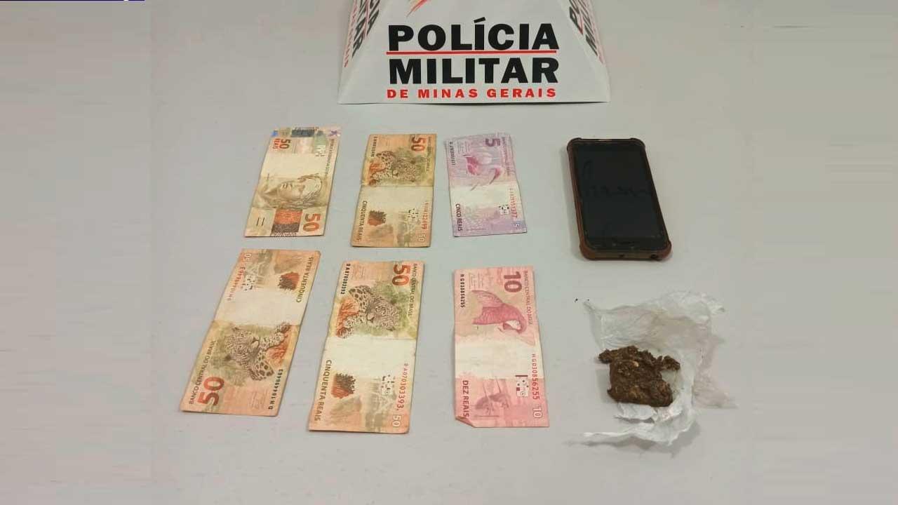 Drogas, dinheiro e celular apreendido pela Polícia Militar