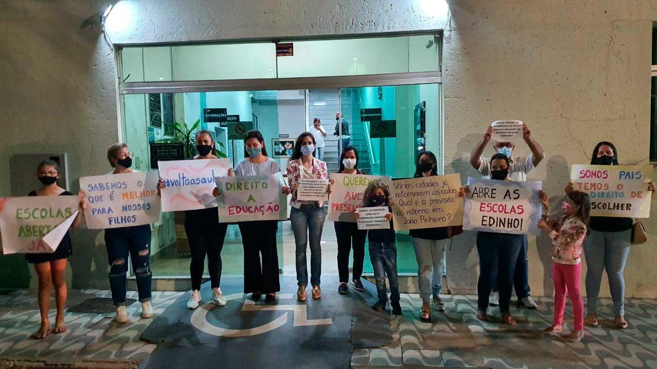 Grupo na porta da Câmara Municipal de João Pinheiro