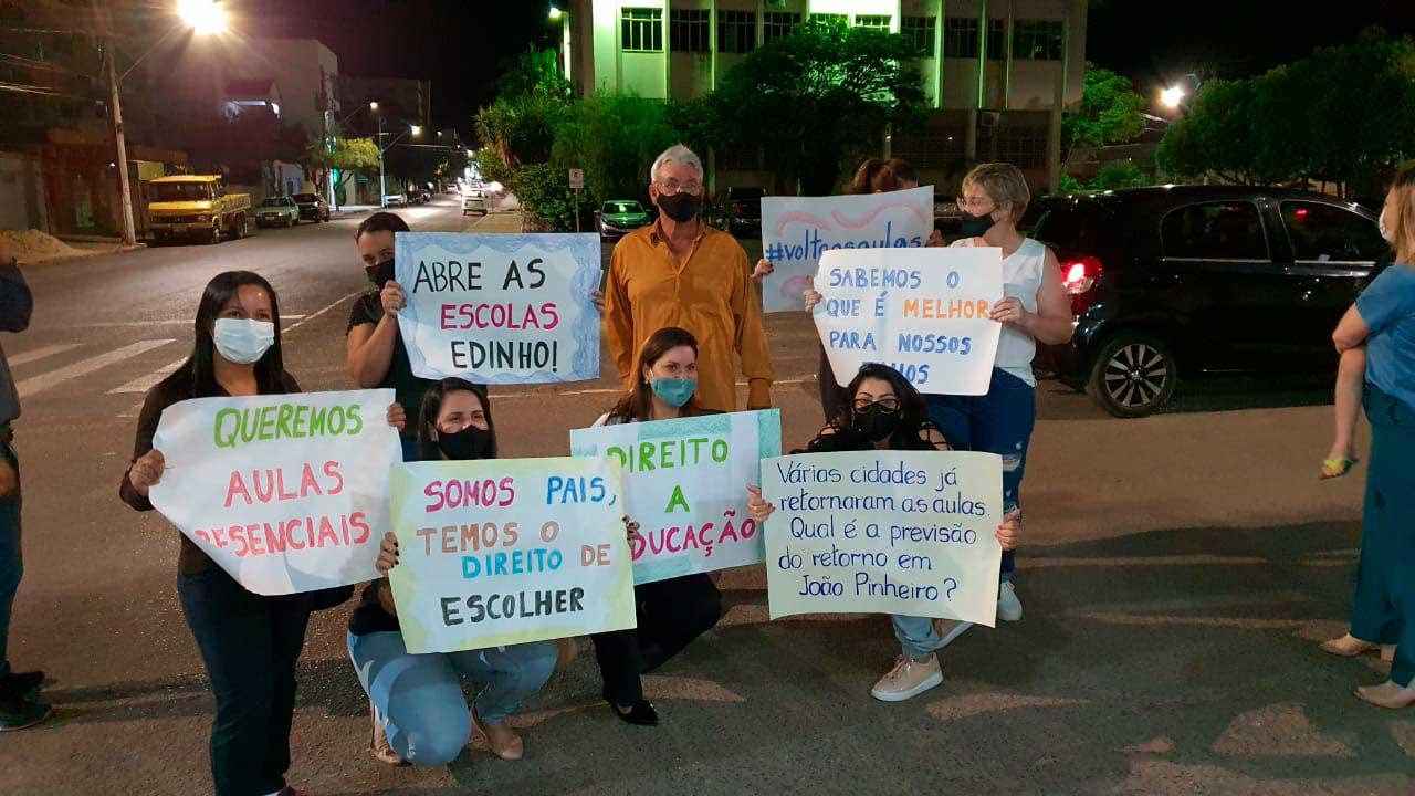 Protesto de grupo que pede volta às aulas em João Pinheiro junto com vereador Eli Corrêa
