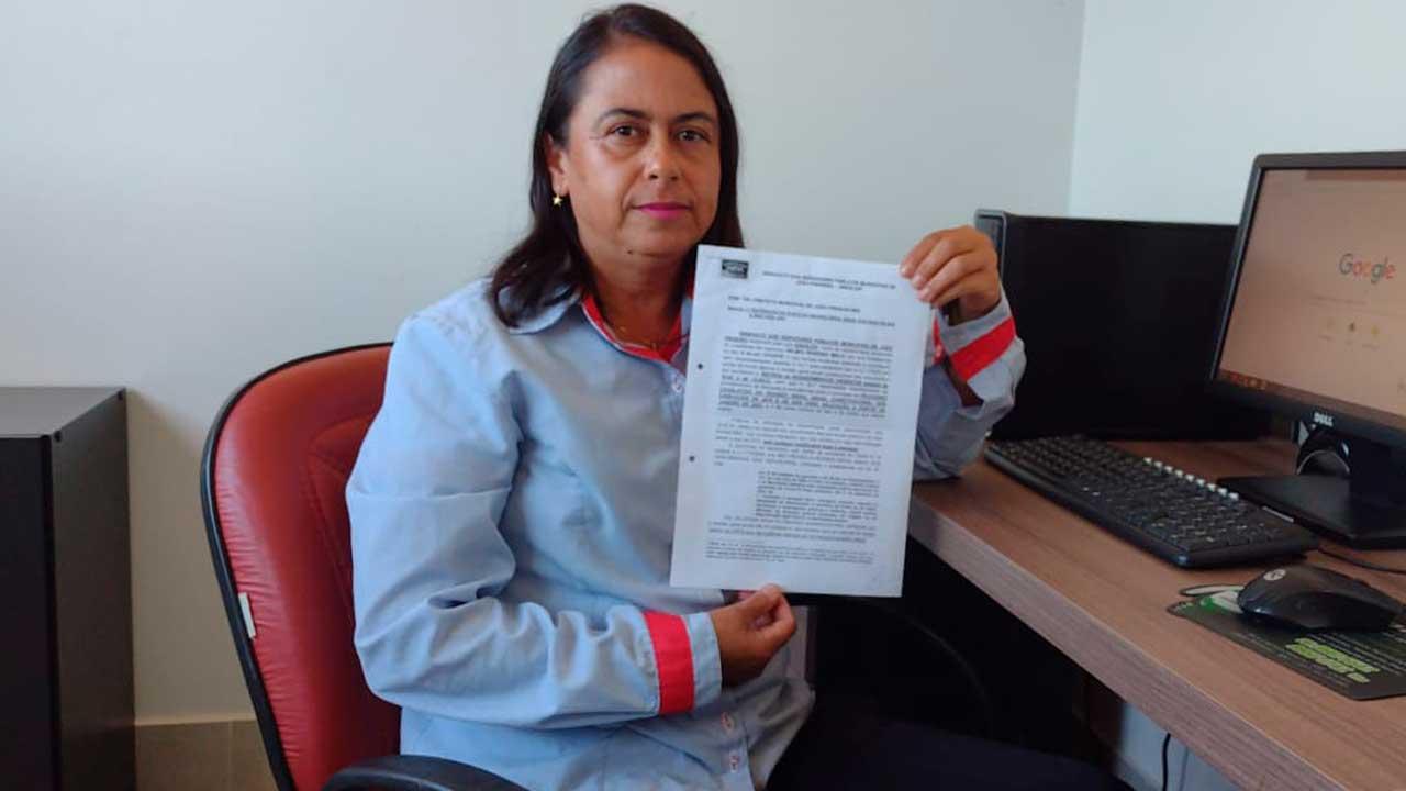 Rosangela, Presidente do SINDSJOP, segurando ofício enviado para a prefeitura