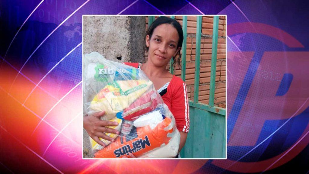 Beneficiária que recebeu a doação de uma cesta básica