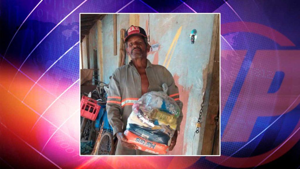 Homem que recebeu doação de cesta básica