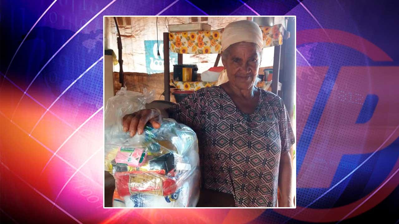 Mulher idosa que recebeu um cesta básica
