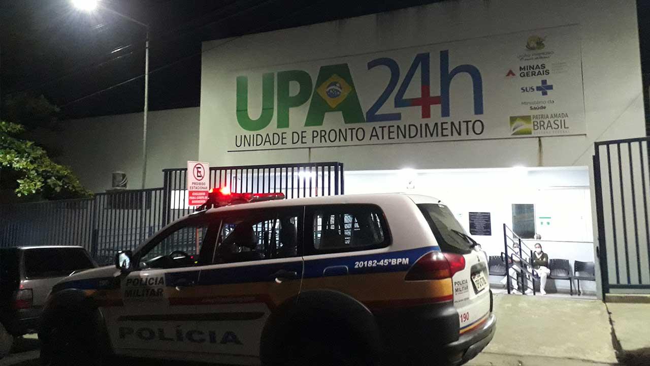 Viatura Policial na porta da Unidade de Pronto Atendimento de João Pinheiro