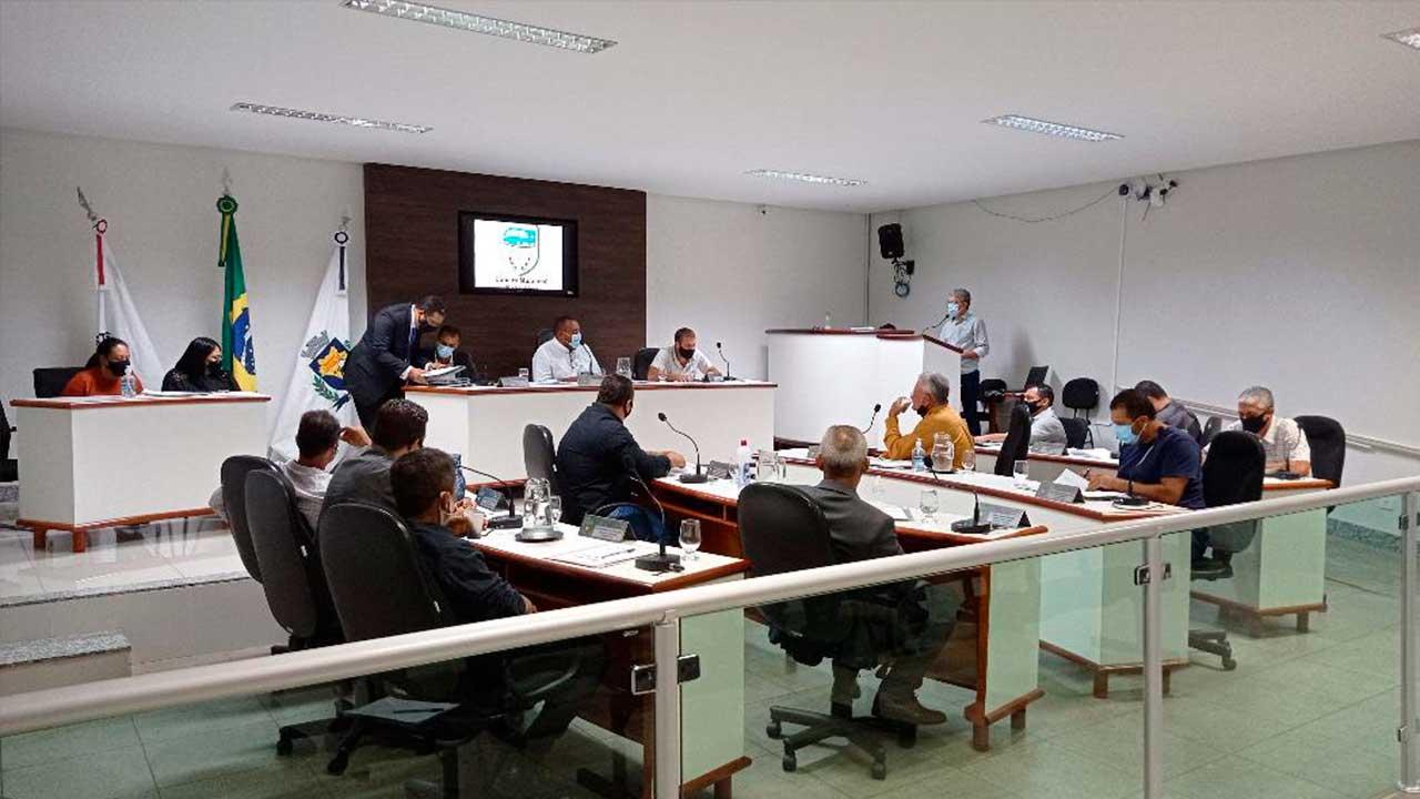 Vereadores em sessão parlamentar
