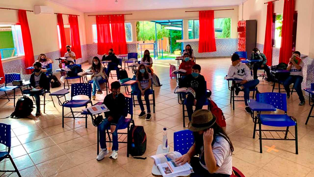 Auditório usado como sala de aula para espaçamento entre alunos no Colégio Visão