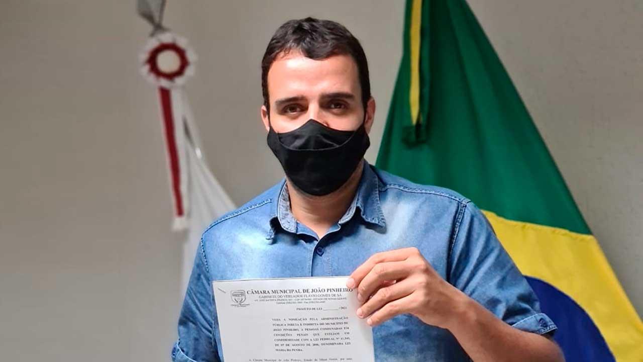 Flávio Babu segurando projeto de lei de sua autoria aprovado pela Câmara Municipal