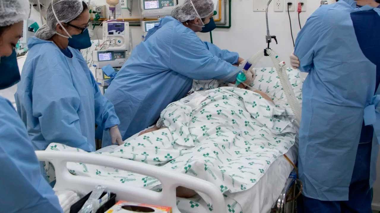 Paciente sendo intubado em UTI
