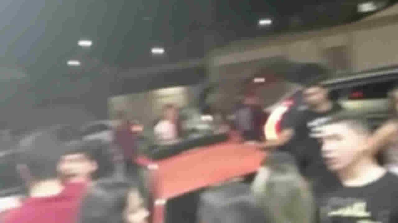 Jovens se aglomerando em porta de distribuidora de bebidas em João Pinheiro