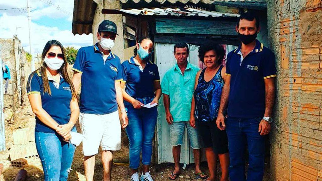Rotary Club de João Pinheiro doa 50 cestas básicas a famílias carentes do município