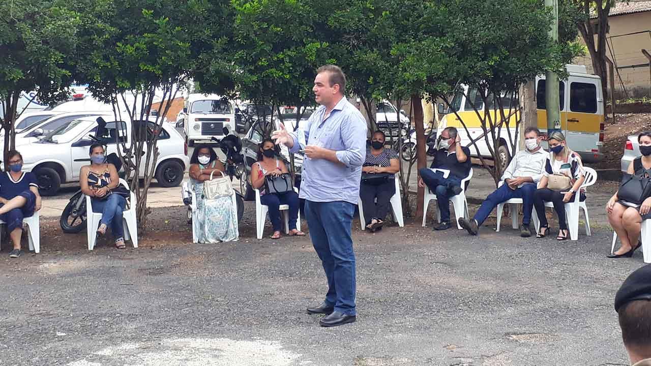 Prefeito de João Pinheiro em reunião com profissionais da educação