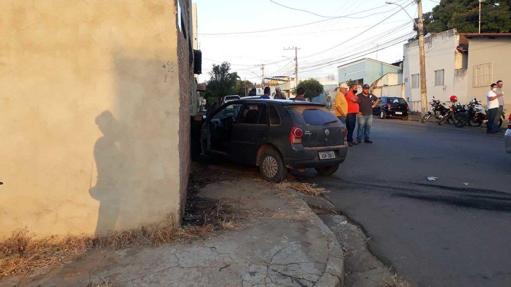 Motoristas se envolvem em acidente em cruzamento no Centro de João Pinheiro