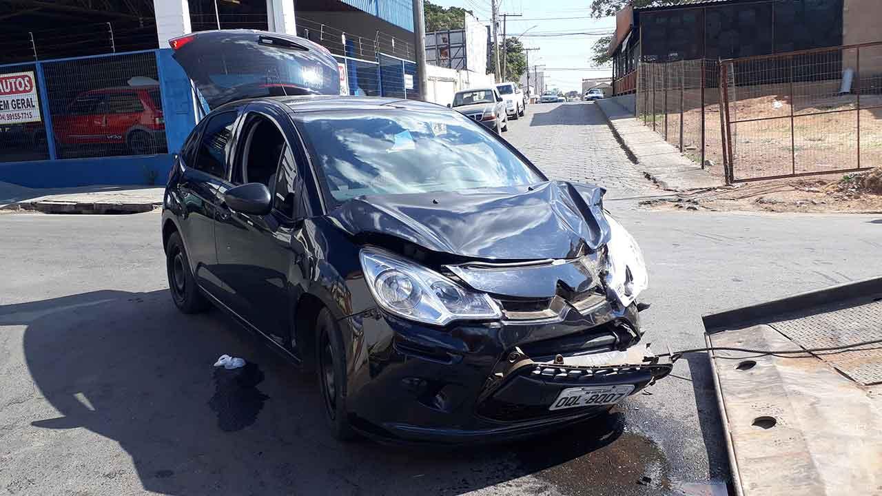 Veículo avança parada obrigatória e causa acidente no Centro de João Pinheiro