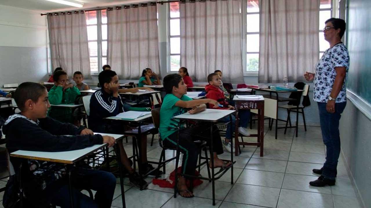 Alunos em sala de aula antes da pandemia