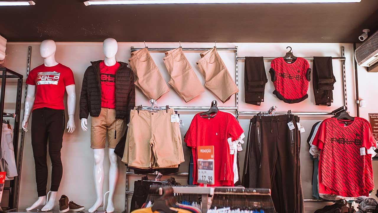 Setor de roupas masculinas do Max Shop João Pinheiro
