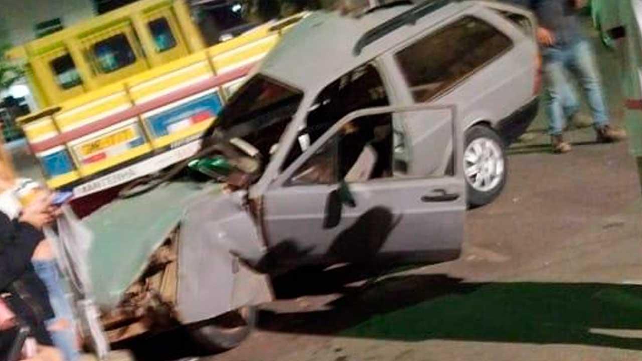 Acidente grave no Centro de João Pinheiro deixa veículo completamente destruído