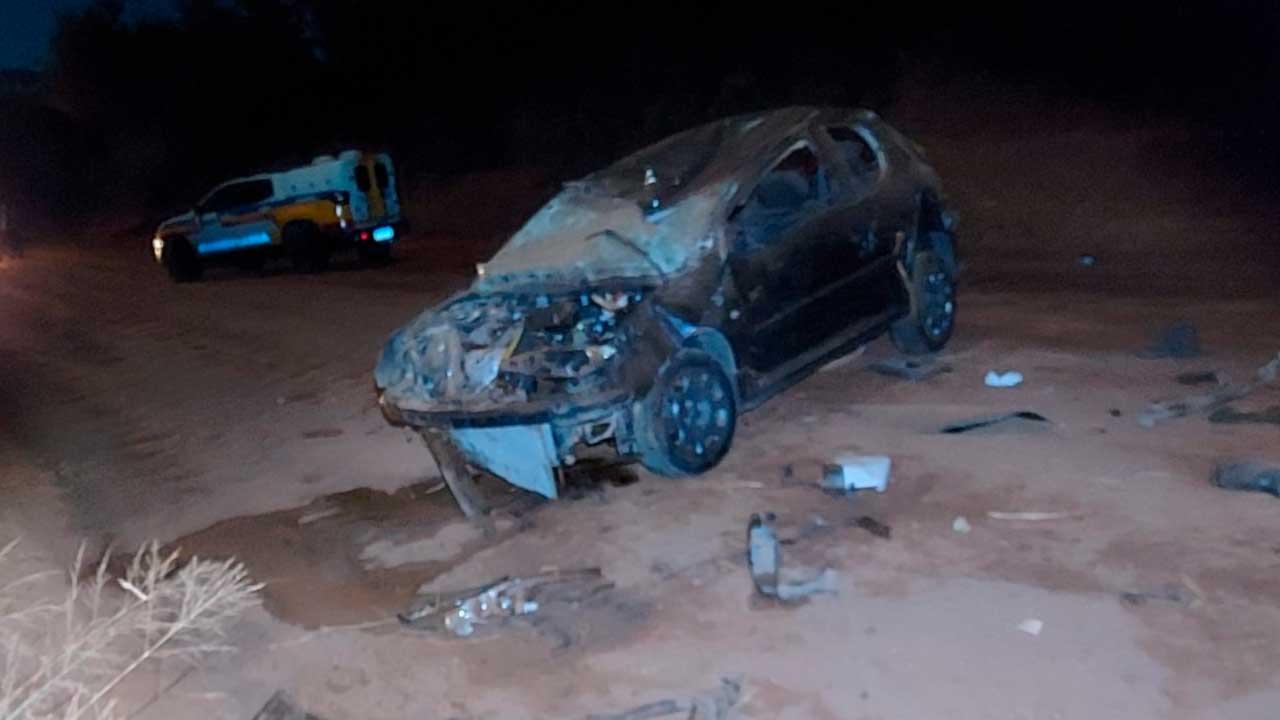 Motorista furar bloqueio policial, capota várias vezes e fuga por pouco não termina em tragédia em Brasilândia de Minas