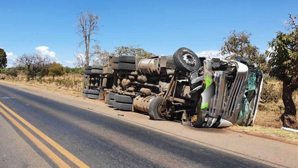 Idoso morre em acidente envolvendo Fiat Uno e carreta na BR-040 em Paracatu