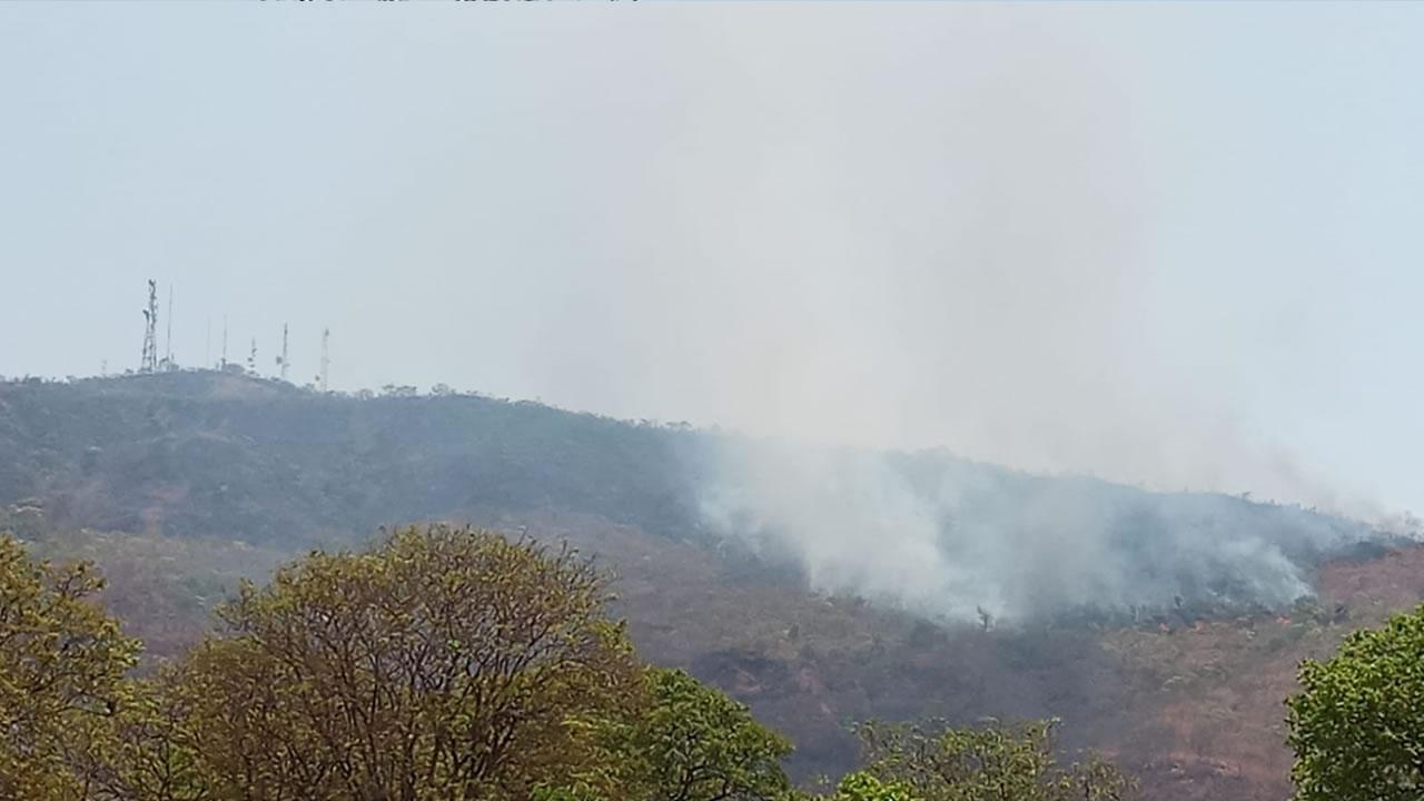 Serra de Brasilândia de Minas continua a ser consumida pelo fogo