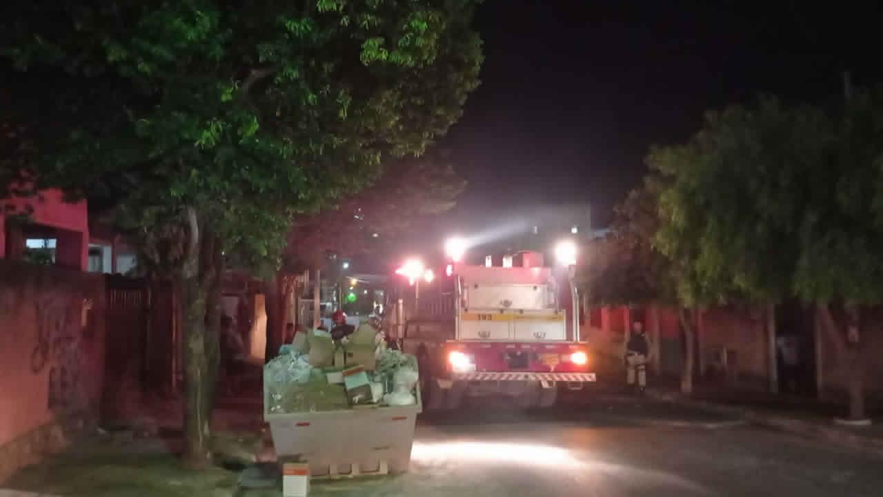 Casa pega fogo e bombeiros são acionados com direito a caminhão e sirene no Centro de João Pinheiro