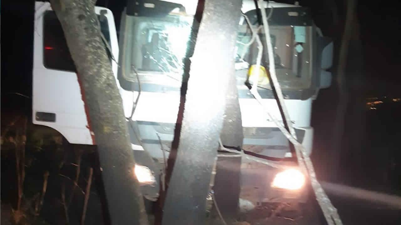 Bandidos roubam dois caminhões da Viva Smart City em João Pinheiro e se envolvem em acidente durante a fuga