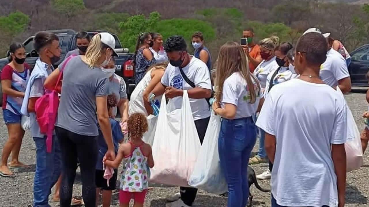 14-10-21 proProjeto Amigos da Cidinha entrega mais de 1.000 presentes à crianças em João Pinheirojeto amigos da cidinha brinquedos